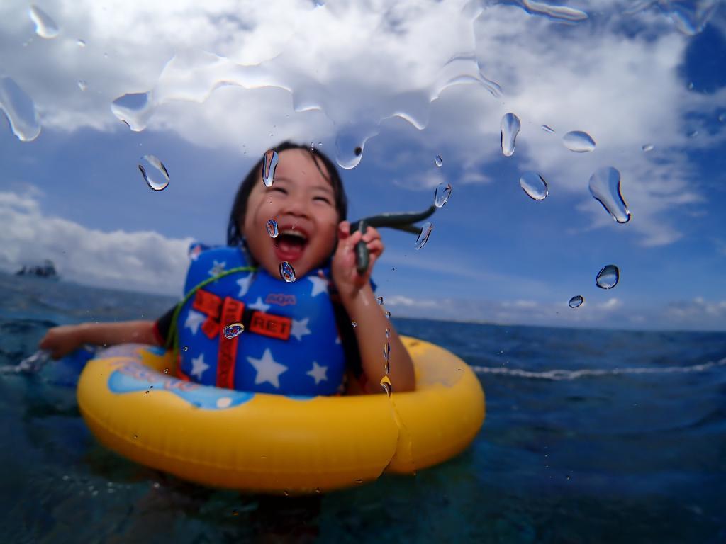 慶良間チービシ・クエフでヒトデを持って爆笑する娘